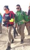 陈坤与队友在路上并肩同行