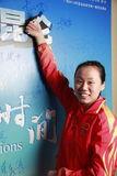 赵芸蕾在冠军横幅上签名